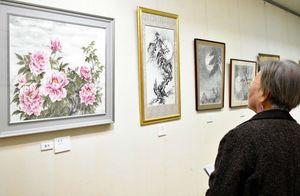 風景画や植物画などの墨彩画が来場者を楽しませる=佐賀市の県立美術館