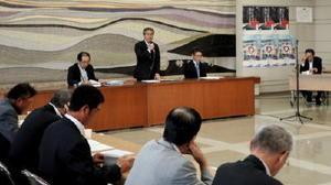 論点整理素案の説明の冒頭、あいさつする佐賀県の落合裕二政策部長(奥中央)=佐賀市の県有明海漁協本所