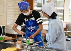 公開授業で調理実習を行う生徒ら=佐賀市の県立盲学校