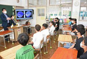 東大海洋教育センター研究員から海がもたらす恵みについて学ぶ児童たち=唐津市の東唐津小