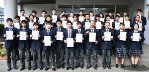 3級自動車整備士に全員で合格した北陵高自動車科の3年生=佐賀市の同校