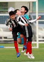 準決勝・大坪少年-サガン鳥栖U-12 ゴールキックを頭で競り合う選手