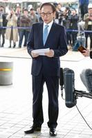 14日、取り調べのためソウル中央地検に出頭し、記者団に声明を読み上げる韓国の李明博元大統領(共同)