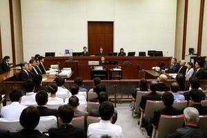 東京電力旧経営陣3人の第30回公判が行われた東京地裁の法廷=16日午前