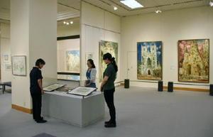 画業60年の多彩な作品が並ぶ会場=唐津市近代図書館