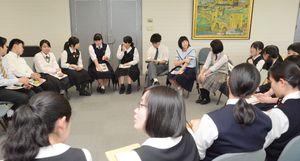 車座になって話し合いを進める実行委員会=佐賀県庁