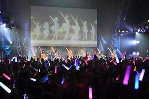 出演声優と観客が一体となって盛り上がるアニメ「ゾンビランドサガ」のライブイベント=唐津市ふるさと会館アルピノ