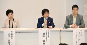 東京23区内の大学定員抑制に反対する都のシンポジウムで発言する尾木直樹さん(中央)=9日午後、東京都新宿区