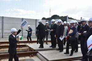 建設中の九州新幹線長崎ルートの高架橋で、鉄道建設・運輸施設整備支援機構の担当者(左)から説明を受ける議員ら=嬉野市嬉野町
