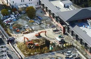 小学校の建設工事が進む森友学園の用地=27日午後、大阪府豊中市(共同通信社ヘリから)