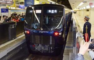 相鉄線横浜駅を出発する新型車両「20000系」=11日午前、横浜市
