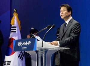 南北首脳会談の日程を説明する韓国の任鍾ソク大統領秘書室長=26日、ソウル近郊(共同)