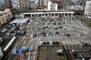 JA佐賀市中央(右奥)が複合ビルの建設を計画している西友佐賀店駐車場。佐賀市はコンベンション施設の整備を見送った=佐賀市駅前中央1丁目
