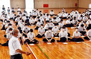 選挙に関する講話を聞く唐津西高の生徒=唐津市の同校