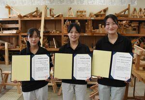 2級建築大工技能士に合格した(左から)麻生姫菜さん、辻玲奈さん、江口日夏さん=唐津市石志の唐津工業高