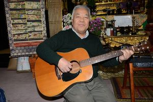 宏之さんの短歌に曲をつけ、両親にプレゼントした桃谷法信さん=有田町の法泉寺