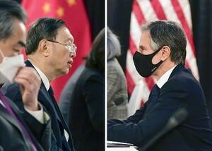 3月18日、米アンカレジで会談する中国の楊潔チ共産党政治局員(左)とブリンケン米国務長官(AP=共同)