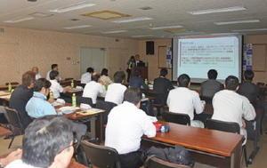 サイバー犯罪の対策協議会会合で、講演に聴き入る参加者=佐賀市の佐賀県警本部