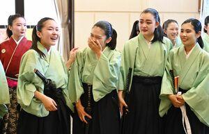 吟詠剣詩舞の演技が終わり、感極まって涙する佐賀県合同チーム=唐津市民会館