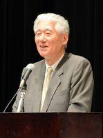 茶道史を専門とするミホミュージアム館長で講師の熊倉功夫さん=神埼市千代田町文化会館「はんぎーホール」