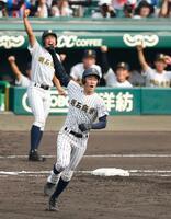 明石商―八戸学院光星 2回表、3ランを放ちガッツポーズで一塁を回る明石商・安藤=甲子園