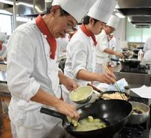 米粉を使った天ぷらを作る学生ら=佐賀市の西九州大学佐賀調理製菓専門学校