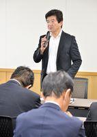 「メディカルコミュニティみやきプロジェクト」に関して事業者に説明する末安伸之町長(中央)=みやき町役場
