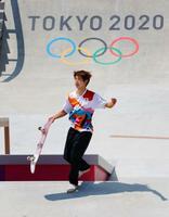 男子ストリート決勝で喜ぶ堀米雄斗。金メダルを獲得した=有明アーバンスポーツパーク