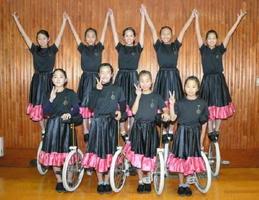 演技一輪車の九州大会で10連覇を達成した一輪車クラブ「SAGAホップテン」のメンバー=佐賀市城内の市村記念体育館