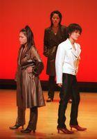 自分たちが手掛けた衣装を身にまとい、ポーズをとる生徒=平成14年1月19日、佐賀市のアバンセ
