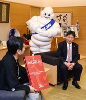 ミシュランガイドの佐賀県での再調査を山口祥義知事(左)に紹介する担当者=佐賀県庁