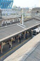 朝の通勤時間帯、博多方面に向かう快速電車が入ってくるJR鳥栖駅1番ホーム。通勤客の姿はまばらで、ホームでも間隔を空けて電車を待っていた=8日午前8時25分ごろ