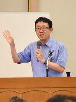 企業が取り組むべき新たな価値を生む方法について話した松波晴人氏=佐賀市のホテルグランデはがくれ