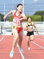 女子200メートル決勝 力強く走り抜ける加茂明華(佐賀北)=佐賀市の県総合運動場陸上競技場