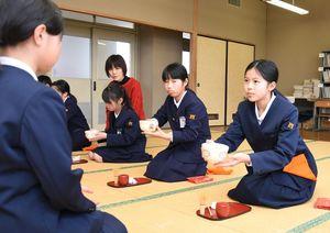 茶道の作法を学んだ西郷小の児童たち=神埼市神埼町の同校