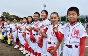 一人一人に贈られたメダルを手に「頑張るぞ」と6年生選手たち