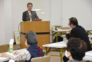 糖尿病対策などについて講話する安西慶三教授(奥)=佐賀市下田町のメガネのヨネザワ佐賀本店