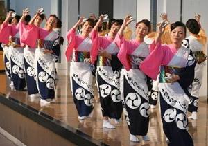 【皿踊り】華やかな衣装に着飾った女性たちが、音頭に合わせ皿踊りを披露した=西松浦郡有田町の炎の博記念堂
