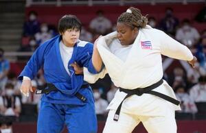 女子78キロ超級決勝 キューバのイダリス・オルティス(右)と対戦する素根輝=日本武道館