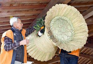 玄関に「鼓の胴の松飾り」を飾り付ける保存会の会員=佐賀市城内の佐賀城本丸歴史館