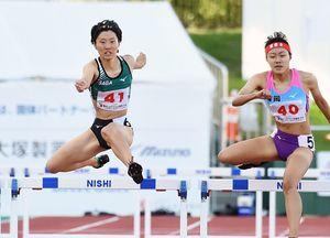 陸上少年女子共通400メートル障害決勝 残り100メートルを切ってもスピードを維持し、3位入賞を果たした大川なずな(左、清和高)=福井県立陸上競技場