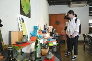 若手作家の酒器展示やラッピング講座が開かれている「大酒器なあなたへ」=有田町本町の有田まちづくり公社イベントスペース