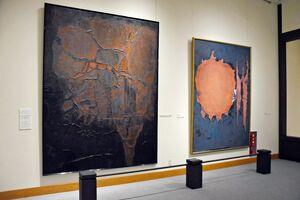 初期の作品で、当時流行した重厚で厚みのある油彩画。左から「ジュラ紀の化石」「甲羅とハサミ」=唐津市近代図書館