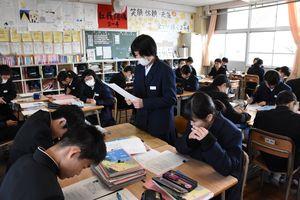 メモを基に本を紹介する記事を書き、発表する生徒=佐賀市の城東中2年4組