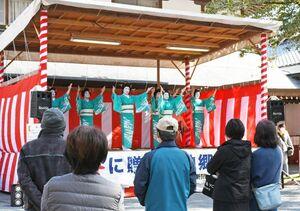 祐徳稲荷神社の初午祭で踊りを披露する嬉野伝統芸能保存会のメンバー=鹿島市古枝