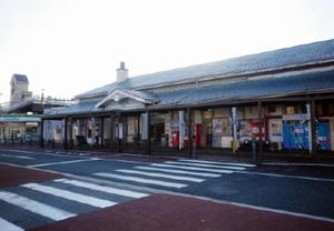 落ち着いた外観の鳥栖駅の木造駅舎は、1903年に建てられた
