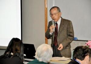 図書館の在り方をめぐり講演した田井郁久雄さん=佐賀市立図書館