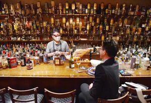 カウンター越しに接客するオーナーの真柳直樹さん=20日午後、佐賀市白山のレストランバー「酔美」