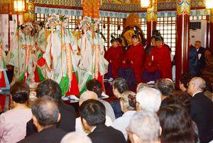 巫女による神楽が奉納された祭典=鹿島市の祐徳稲荷神社
