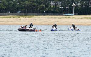 訓練で行方不明者の救助を確認する青バイ隊=唐津市二タ子の佐賀県ヨットハーバー周辺海域